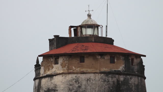vídeos de stock, filmes e b-roll de a steady view of a decayed lighthouse - compasso