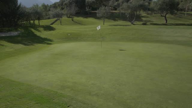 vídeos y material grabado en eventos de stock de pov (steadycam) ds, zi, moving from side of green towards the hole, zi on golf ball, red r3d 4k - bandera de golf