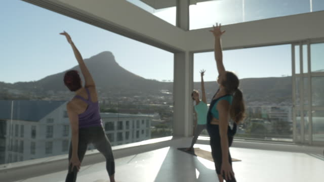 vídeos y material grabado en eventos de stock de ws steadycam_big yoga class exercising in rooftop studio - instructor oficio