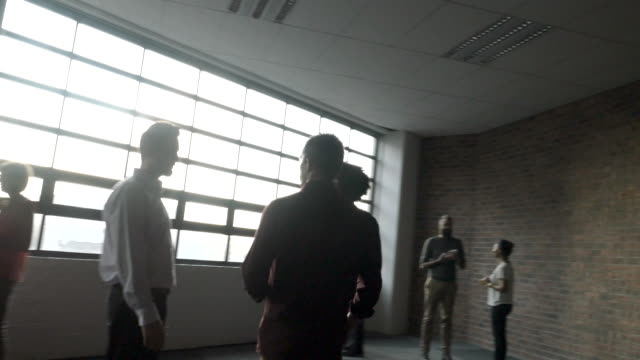 stockvideo's en b-roll-footage met ws steady-cam_co-workers having conversation in the break of a convention - 45 49 jaar