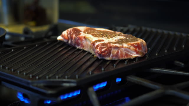 vídeos de stock, filmes e b-roll de carne em grill - panning