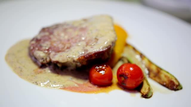 Steak auf dem Grill mit Soße