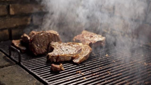 steak auf dem grill - kalbfleisch stock-videos und b-roll-filmmaterial