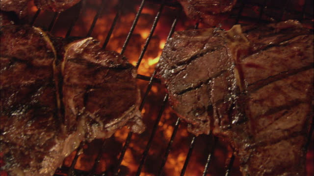 cu pan steaks grilling over charcoal on a barbecue / long island, new york, usa - gegrillt stock-videos und b-roll-filmmaterial