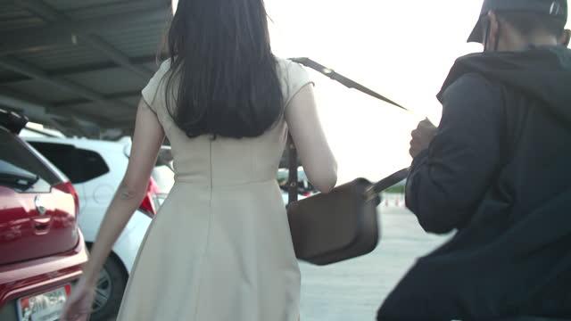 歩いている間に女性からバッグを盗む - バッグ点の映像素材/bロール