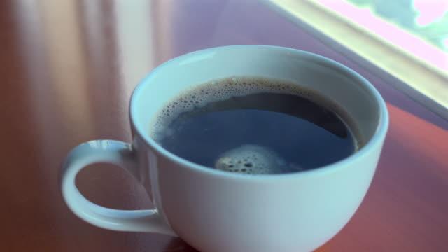 ホワイトカップのスチームブラックコーヒー - coffee cup点の映像素材/bロール