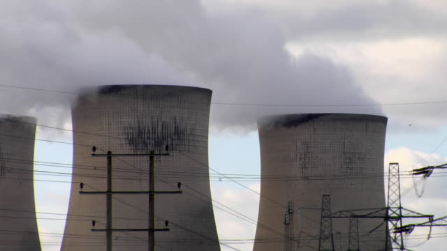 ms steam emitting from cooling towers at didcot power station / didcot, oxfordshire, uk - oxfordshire video stock e b–roll