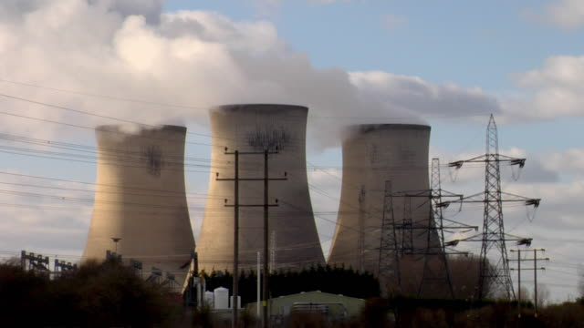 ws steam emitting from cooling towers at didcot power station / didcot, oxfordshire, uk - oxfordshire video stock e b–roll