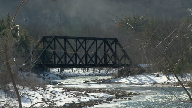 ws steam engine 7470 crossing bridge on saco river, north conway, new hampshire, usa - new hampshire stock-videos und b-roll-filmmaterial