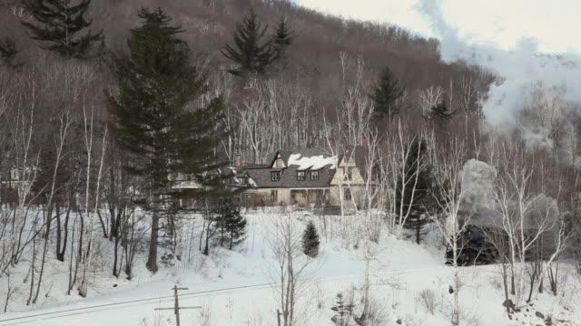 ws pan steam engine 7470 in winter landscape, hale's location, new hampshire, usa - 1921年点の映像素材/bロール
