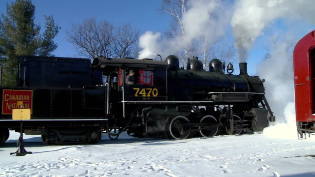 ms pan ws steam engine 7470 moving back in winter landscape, north conway, new hampshire, usa - new hampshire stock-videos und b-roll-filmmaterial