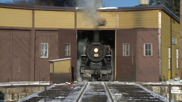 ms steam engine 7470 pulling out from roundhouse, north conway, new hampshire, usa - 1921年点の映像素材/bロール