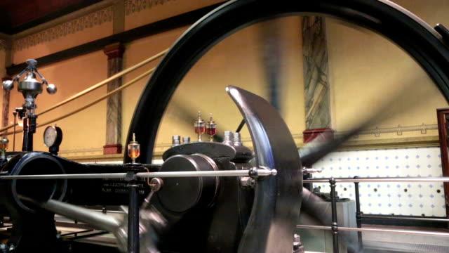 vídeos de stock e filmes b-roll de motor a vapor em acção - revolução industrial