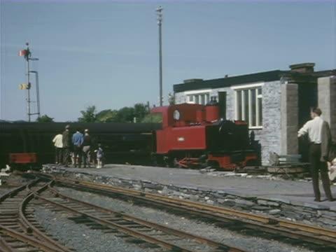 vídeos y material grabado en eventos de stock de ws ts steam engine reversing into station/sheds and details of various engines / ryde, isle of wight, england - escritura occidental
