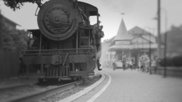 stockvideo's en b-roll-footage met steam engine train leaves station - oud