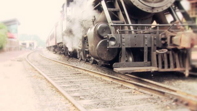 Trem do motor a vapor na estação de espera