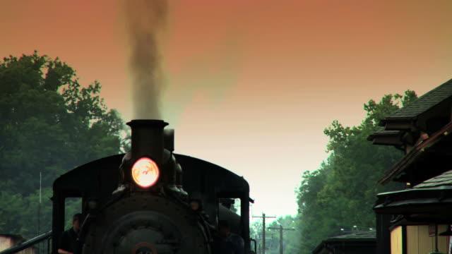 Trem do motor a vapor espera na estação#4