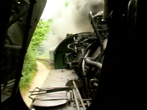 dampfbad enginge ziehen waggons/autos - zug mit dampflokomotive stock-videos und b-roll-filmmaterial