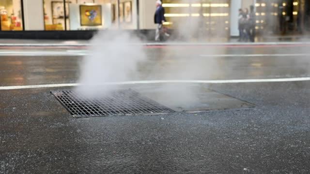 vídeos y material grabado en eventos de stock de vapor de la alcantarilla en nyc - tapadera de cloaca