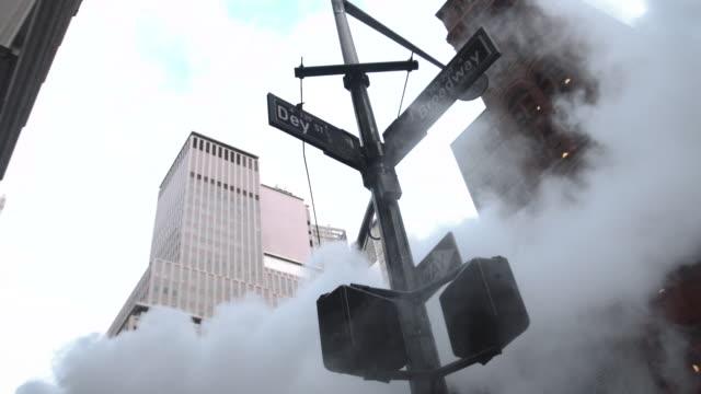 vidéos et rushes de steam from the street on broadway in new york city - vue en contre plongée