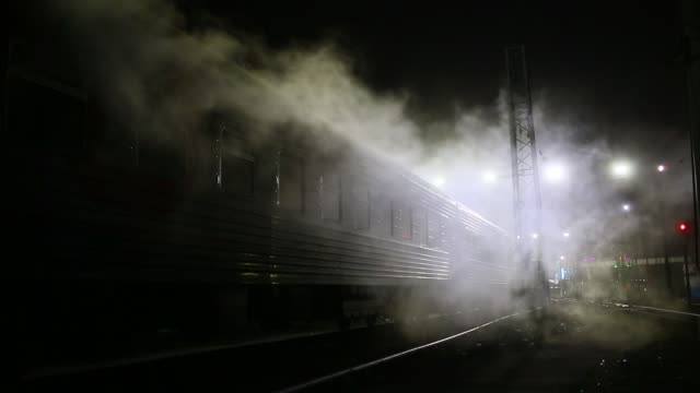 vidéos et rushes de steam from trains on kievskaya railway station - moscow russia