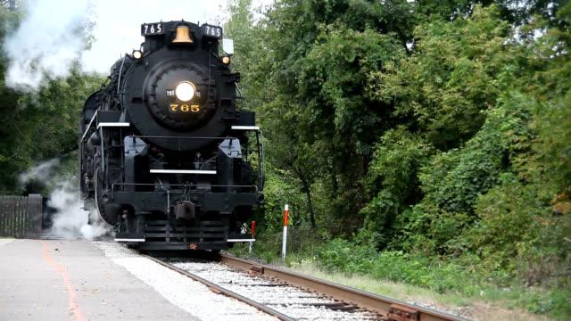 vídeos y material grabado en eventos de stock de steam locomotive pulling into station - estilo siglo xx