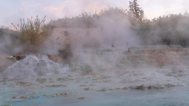 t/l dampfbewegung aus dem thermalwasser der saturnia-heißquellen - natürliches thermalbecken stock-videos und b-roll-filmmaterial