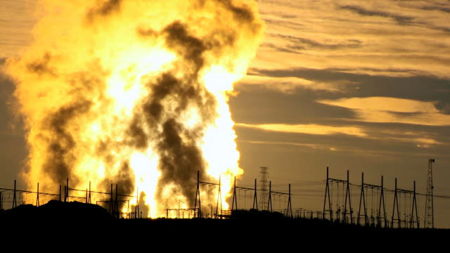 ws  steam of power plant station rising behing rows of electricity pylons at sunrise / arizona,united states   - carbone video stock e b–roll