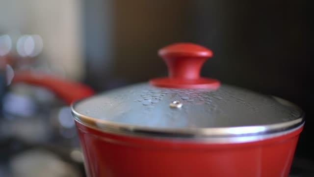キッチンの調理鍋の上に蒸気 - 蓋点の映像素材/bロール