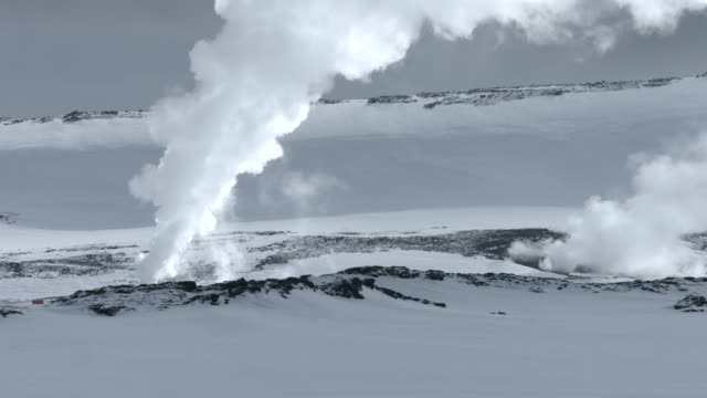 steam pours from thermal vents on the snaefellsnes peninsula in iceland.  - natürliches thermalbecken stock-videos und b-roll-filmmaterial