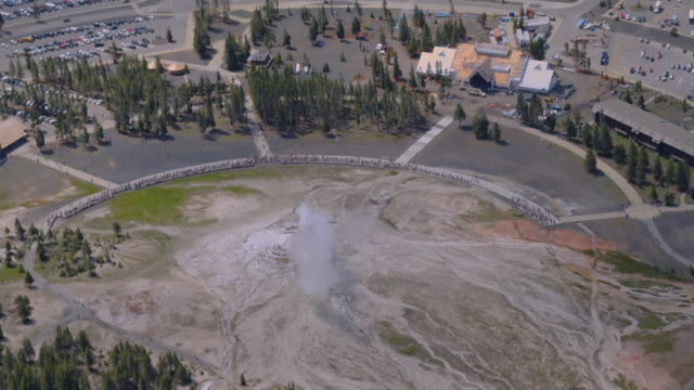 stockvideo's en b-roll-footage met steam rises as old faithful erupts at yellowstone national park. - yellowstone national park