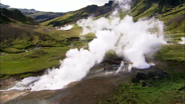 vídeos de stock e filmes b-roll de steam rises from geothermal pools in iceland. available in hd. - fonte termal