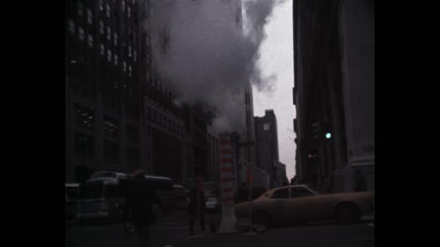 vídeos y material grabado en eventos de stock de 1979 steam rising from manhole on 5th avenue near the empire state building, new york city, new york state, usa - tapadera de cloaca