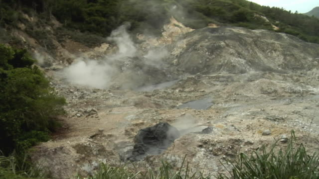 ws steam rising from volcano with boiling muddy lava / saint lucia - kelly mason videos 個影片檔及 b 捲影像