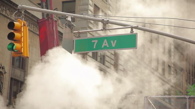 vídeos y material grabado en eventos de stock de steam smoke and traffic light on times square in new york city - 7th avenue