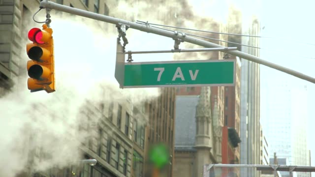 stockvideo's en b-roll-footage met steam smoke in new york times square 7 av - straatnaambord