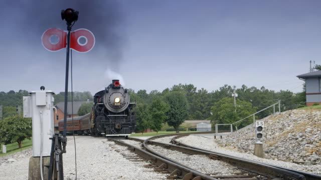 vídeos de stock, filmes e b-roll de ws steam train approaching and leaving / chattanooga, tennessee, united states - indo em direção