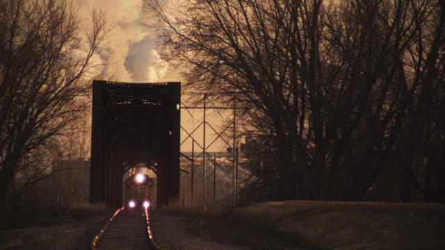 ws steam train crossing bridge, eddyville, iowa, usa - järn bildbanksvideor och videomaterial från bakom kulisserna