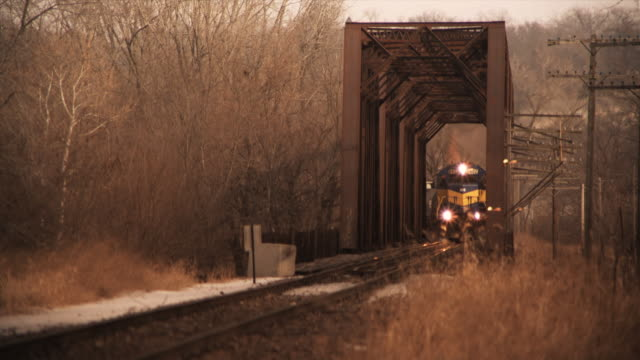 ms steam train crossing bridge, eddyville, iowa, usa - 貨物列車点の映像素材/bロール