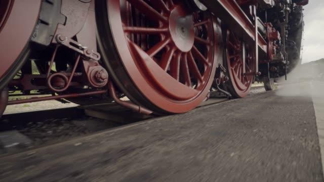 vídeos de stock, filmes e b-roll de detalhes de comboio vapor de rodas em movimento com vapor - locomotive