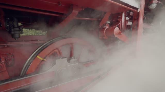 räder in bewegung mit dampf dampf zug details - zug mit dampflokomotive stock-videos und b-roll-filmmaterial
