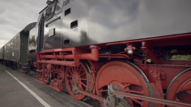 stockvideo's en b-roll-footage met stoom trein details voor de wielen in beweging met stoom - westers schrift