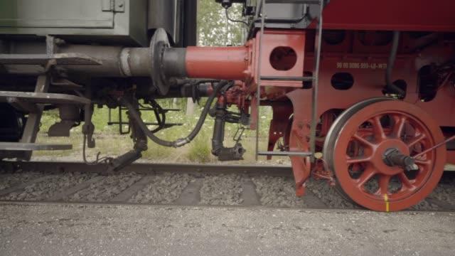 vidéos et rushes de détails de train vapeur des roues roulant passé - locomotive à vapeur