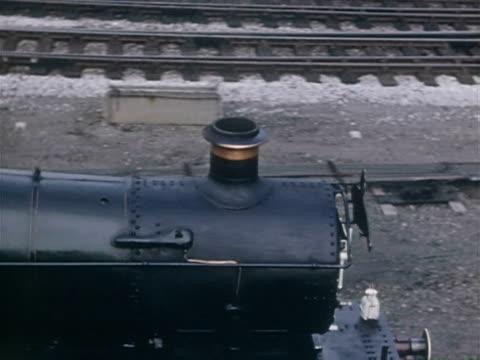 vidéos et rushes de ms pan steam train going across countryside / shap, cumbria, england - levier de contrôle