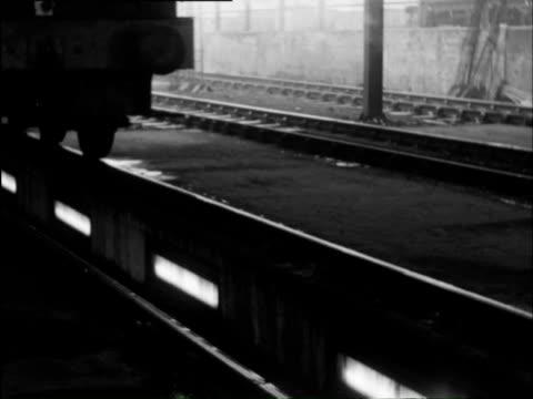 vidéos et rushes de ms steam train in motion and man fuelling train / worcestershire, england - locomotive