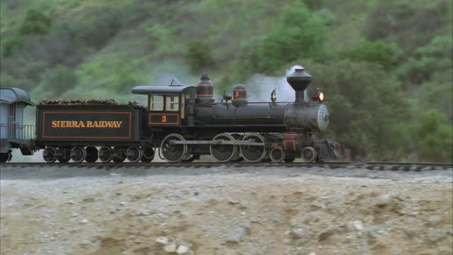 vídeos de stock, filmes e b-roll de ws pan steam train passing by sierra railroad - locomotiva a vapor
