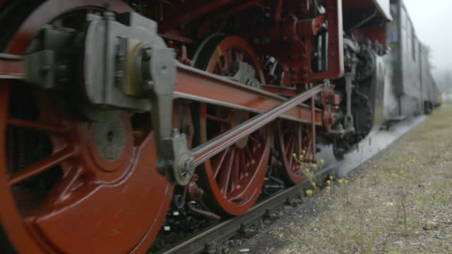 vidéos et rushes de roues de train vapeur roulant passé - voie ferrée