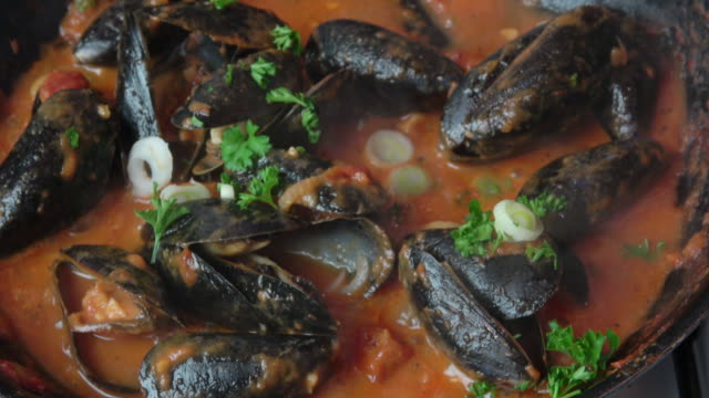 vídeos de stock e filmes b-roll de steamed mussels in tomato broth. - marisco
