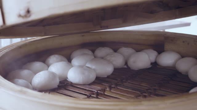 入り豚肉の蒸し饅頭 - 朝食点の映像素材/bロール