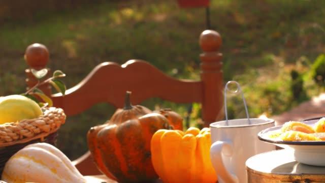 dampfende heiße tasse tee neben hausgemachten herbstlichen süßigkeiten - selbstgemacht stock-videos und b-roll-filmmaterial